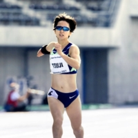 After replacing the standard prosthesis below the elbow with a weighted wrist band-style prosthesis strapped to her upper arm, the numbness Sae Tsuji experienced in her arm mid-race disappeared | KYODO