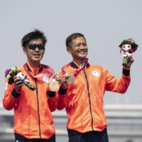 Bronze medalists Satoru Yoneoka and Kohei Tsubaki pose with their medals after competing in the men's PTVI Paralympic triathlon on Saturday.  | AFP-JIJI