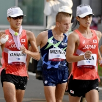 Koki Ikeda (right) and Toshikazu Yamanishi (left) of Japan compete in the men's 20-kilometer race walk at the Tokyo Olympics on Aug. 5 in Sapporo. | KYODO