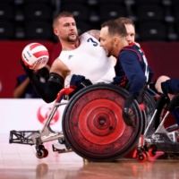 Britain's Stuart Robinson, a veteran who was wounded in Afghanistan, passes the ball in the wheelchair rugby gold medal match against the U.S. at Yoyogi National Stadium in Tokyo on Sunday.  | AFP-JIJI
