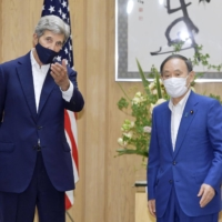 Suga and U.S. climate envoy Kerry agree to work toward decarbonization