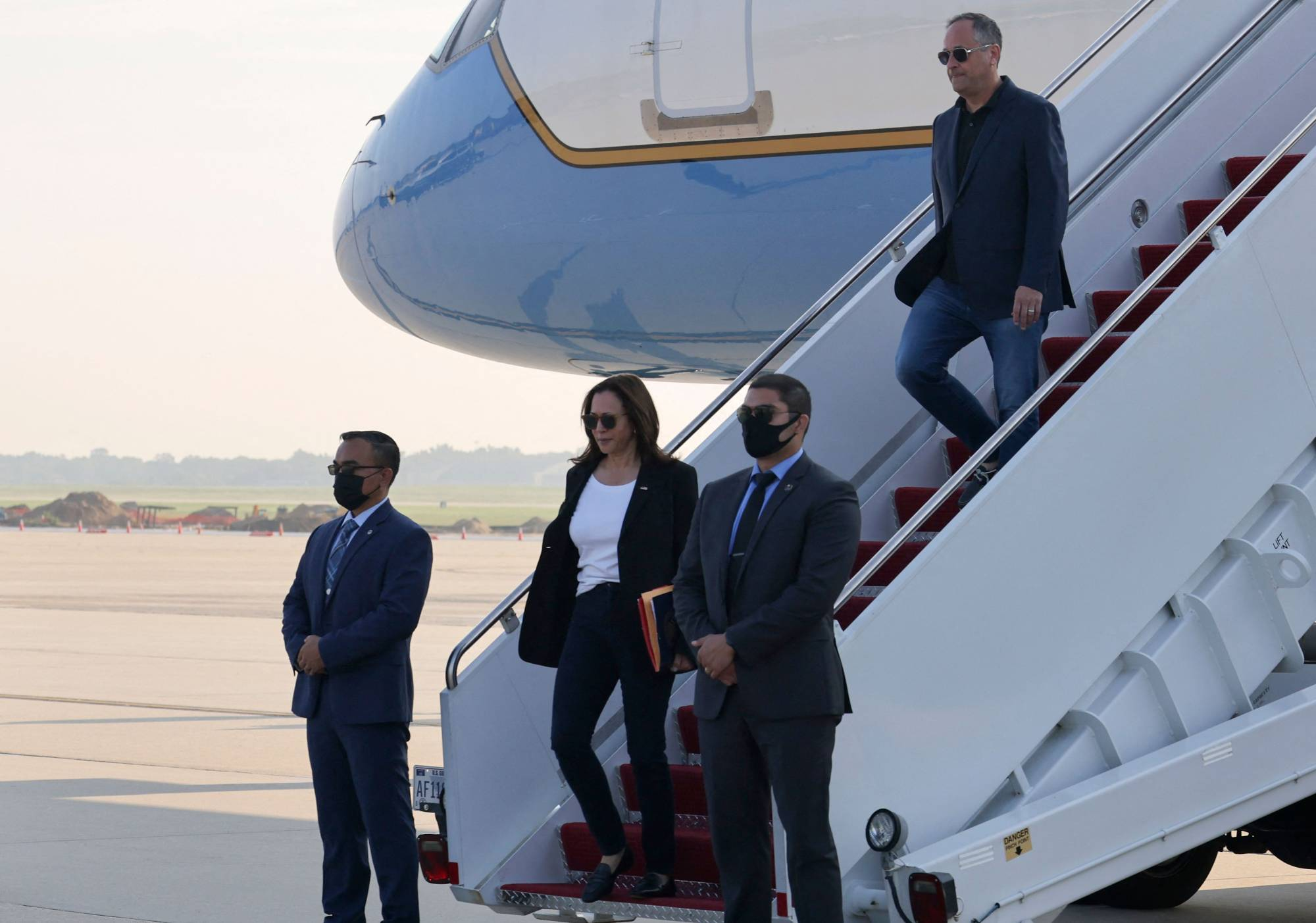 U.S. Vice President Kamala Harris arrives at Joint Base Andrews in Maryland on Aug. 27 after finishing up her Southeast Asia tour.   POOL / AFP-JIJI