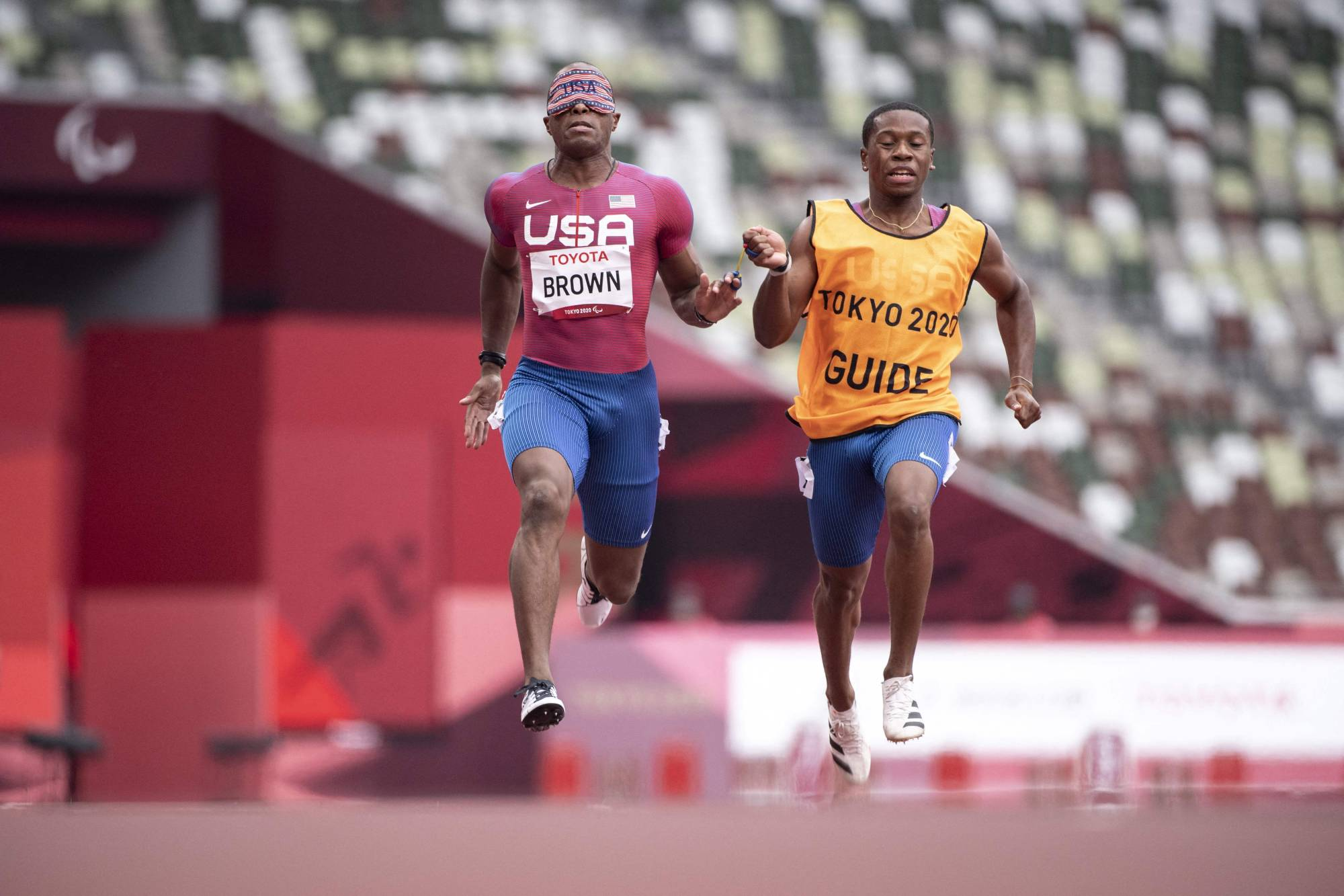 David Brown, with his guide Moray Steward, compete in the men's T11 100-meter heats on Wednesday at National Stadium.    AFP-JIJI
