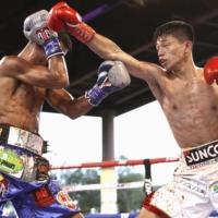 Junto Nakatani throws a bunch during his bout against Angel Acosta on Friday in Tuscon, Arizona.  | KYODO