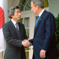 Prime Minister Junichiro Kozumi and U.S. President George Bush meet at the White House in September 2001, following the Sept. 11 terror attacks in the United States.   KYODO
