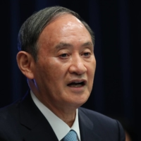 Prime Minister Yoshihide Suga has asked the nation's major business circles to help promote remote work in a bid to reduce the number of commuters by 70%. | BLOOMBERG