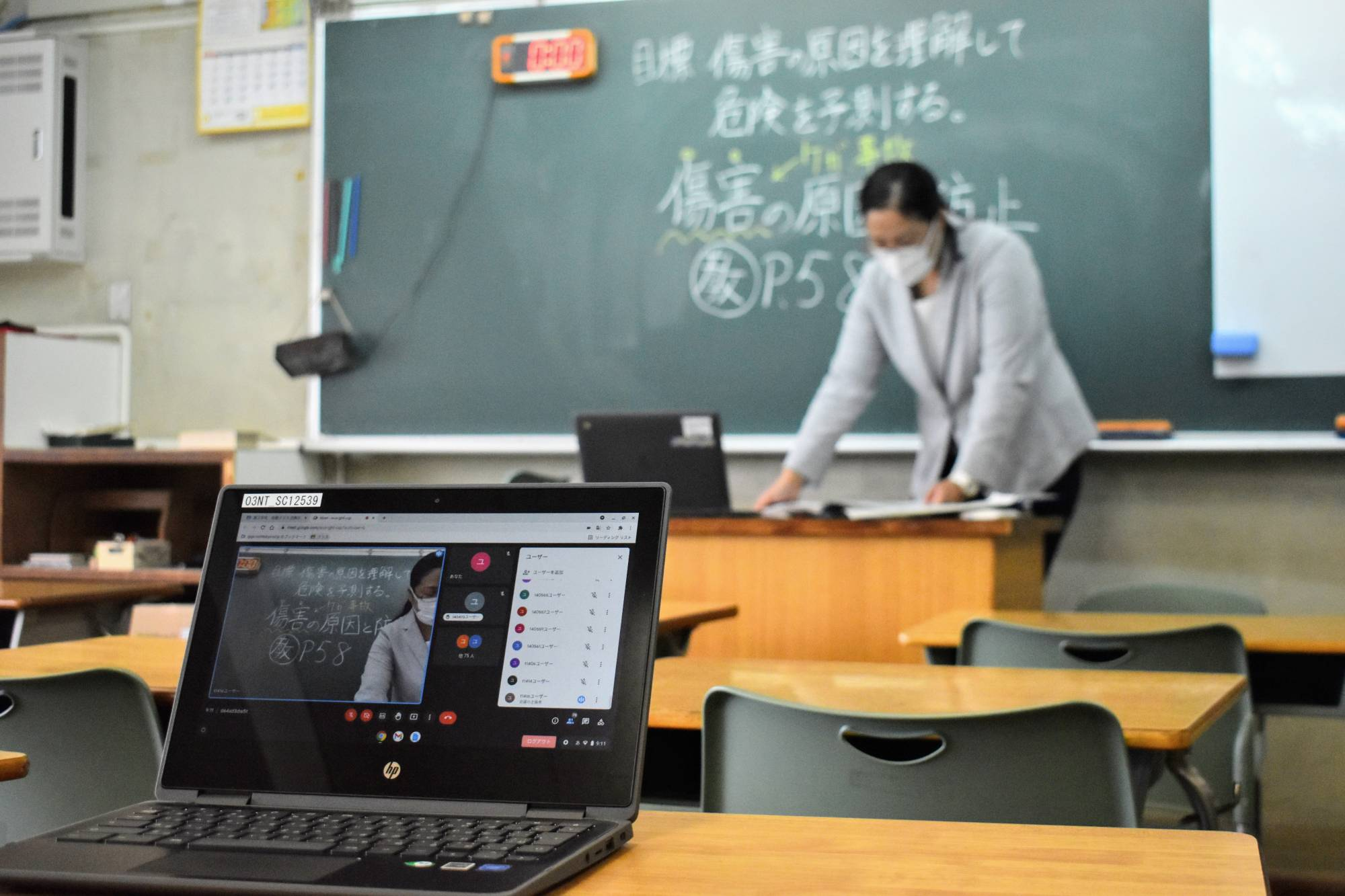 Physical education teacher Sachiko Yui holds her class online. For her and other teachers specializing in practical subjects, the online format is far from being an alternative to their usual teaching methods. | TOMOHIRO OSAKI