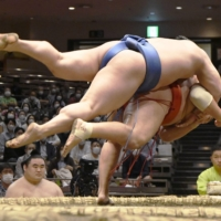 Hoshoryu (below) wowed fans on Day 9 of the Autumn Basho with an ipponzeoi win over Wakatakakage.   KYODO