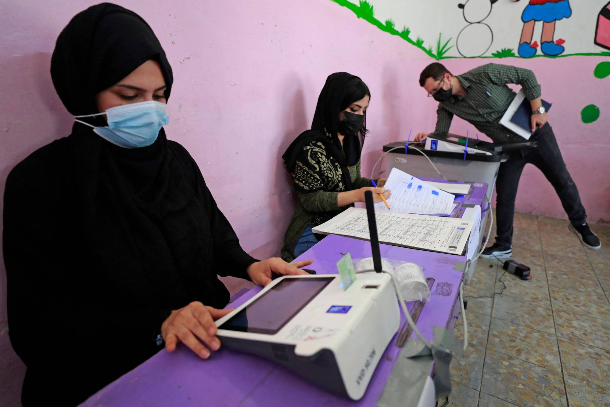 Officials from Iraq's electoral commission take part in a polling day simulation in Baghdad on Wednesday. | AFP-JIJI