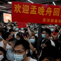 Supporters wait for the arrival of Huawei executive Meng Wanzhou at the Bao'an International Airport in Shenzhen on Saturday.    AFP-JIJI