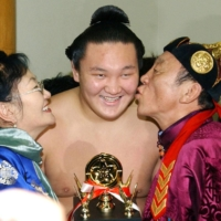 Hakuho celebrates with his parents after receiving a Technique Prize at the 2005 New Year Grand Sumo Tournament. | KYODO