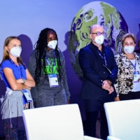 Swedish climate activist Greta Thunberg, Ugandan climate activist Vanessa Nakate, Italy's Minister for Ecology Transition, Roberto Cingolani,  Executive secretary of the United Nations Framework Convention on Climate Change, Mexican politician and diplomat Patricia Espinosa, and Milan mayor Giuseppe Sala pose on stage during the opening plenary session of the Youth4Climate event, on Tuesday in Milan. | AFP-JIJI