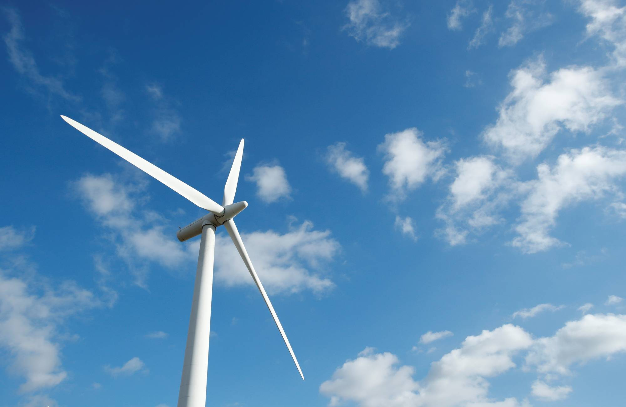 Scottish utility SSE plc will pay $208 million (¥23 billion) to take an 80% stake in a joint venture with Pacifico Energy to build offshore wind farms in Japan. | REUTERS