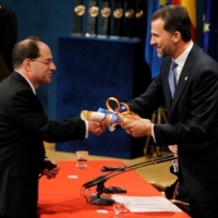 U.S. biochemist David Julius (left) receives the 2010 Prince of Asturias Award for Technical and Scientific Research from Spain's Crown Prince Felipe during a ceremony in Oviedo, Spain.    REUTERS