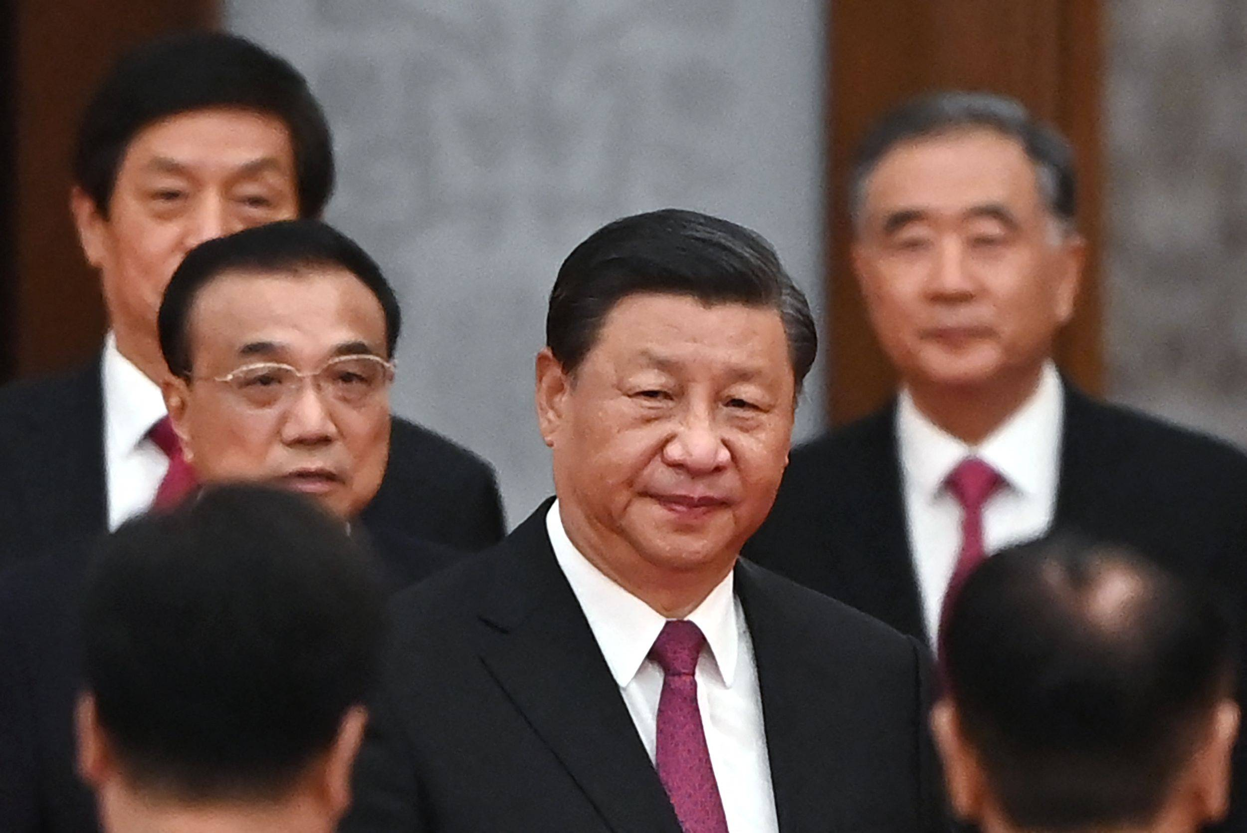 Chinese leader Xi Jinping arrives with Premier Li Keqiang (left) for a reception at Beijing's Great Hall of the People on the eve of China's National Day on Thursday.   AFP-JIJI