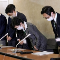 Yuko Ishikura (second from right), a director of the Japan Pension Service, and other officials apologize at a news conference held Wednesday at the health ministry. | KYODO