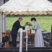 Princess Mako visits the mausoleum of Emperor Hirohito, posthumously called Emperor Showa, in Hachioji, Tokyo, on Tuesday.