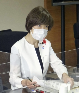 Vaccination minister Noriko Horiuchi visits the National Institute of Infectious Diseases on Thursday. | KYODO