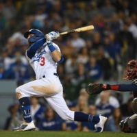 Chris Taylor connects on three home runs to help Dodgers stay alive in NLCS