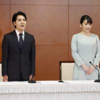 Mako Komuro (right), the elder daughter of Crown Prince Akishino and Princess Kiko, and her husband, Kei Komuro, who she originally met while at university, pose during a news conference to announce their marriage, at the Grand Arc Hotel in Tokyo on Tuesday.